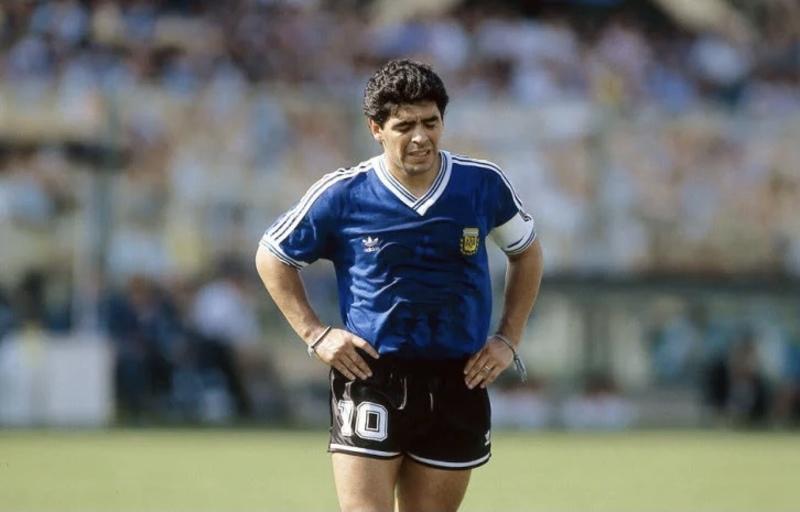 Головні факти про легендарного футболіста Марадону, який помер сьогодні
