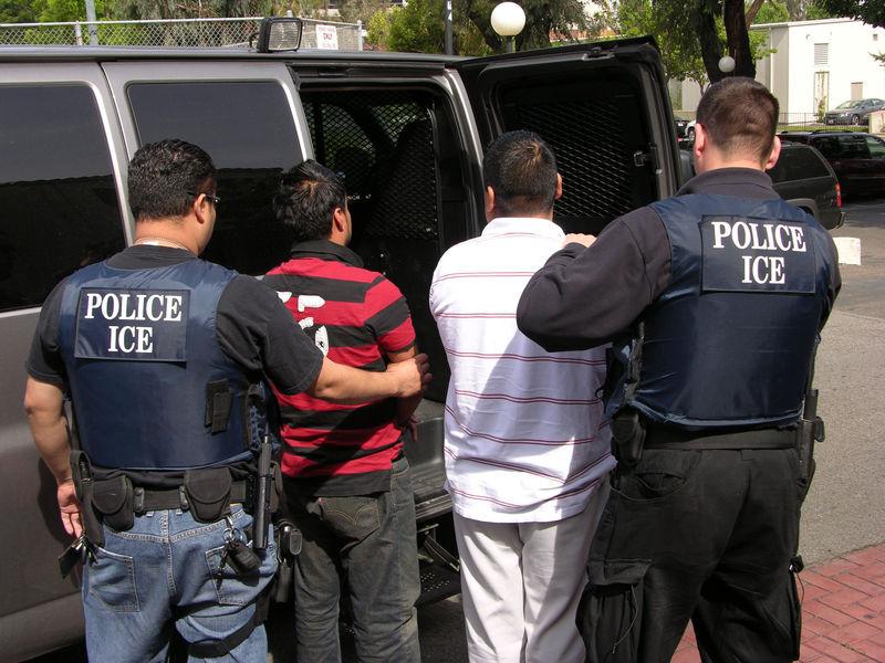 Що робити, якщо офіцер імміграційної служби постукав у ваші двері