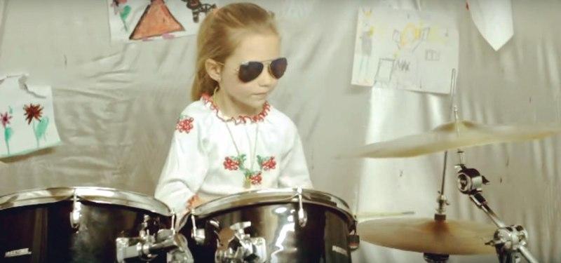 7-річна українська барабанщиця підкорює Інтернет (відео)