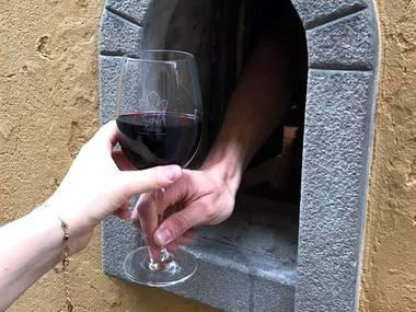 В Італії почали використовувати «винні вікна» для продажу напоїв