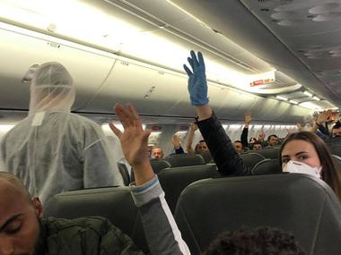 Пасажира вперше зняли з літака через відмову носити маску