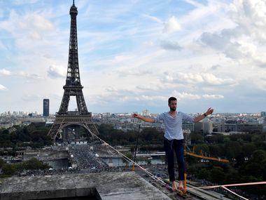 У Парижі канатоходець пройшов 600 метрів по тросу: вражаючі фото