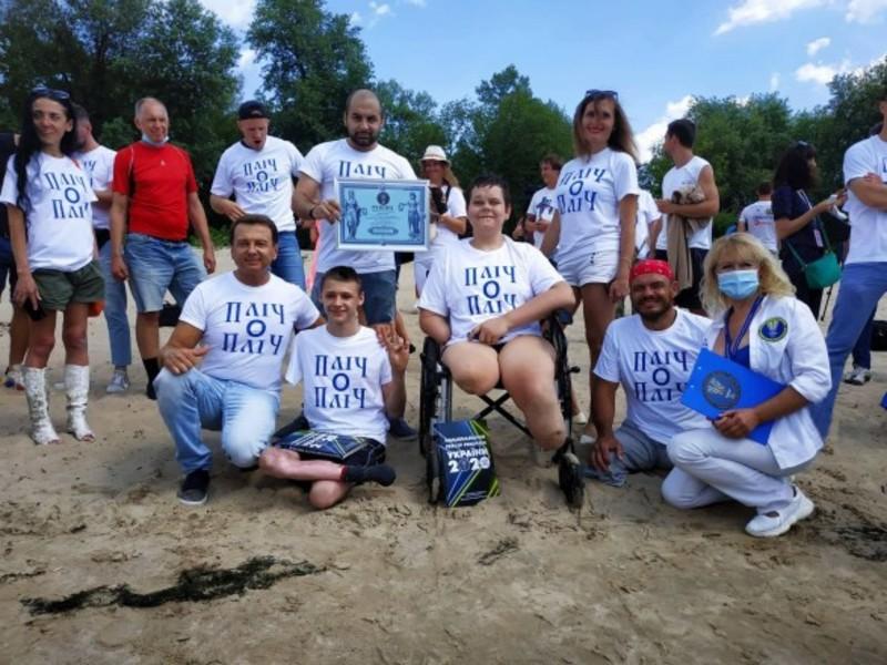 Українець без ніг та руки переплив Дніпро і встановив рекорд
