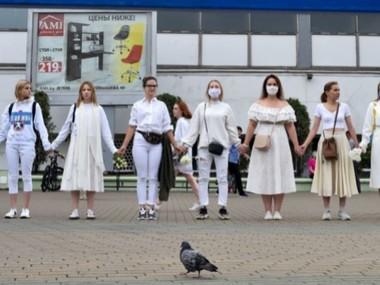 """Жінки у Мінську створили """"ланцюг солідарності"""""""
