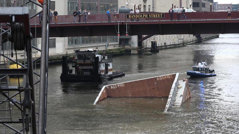 В річці Чикаго затонула баржа