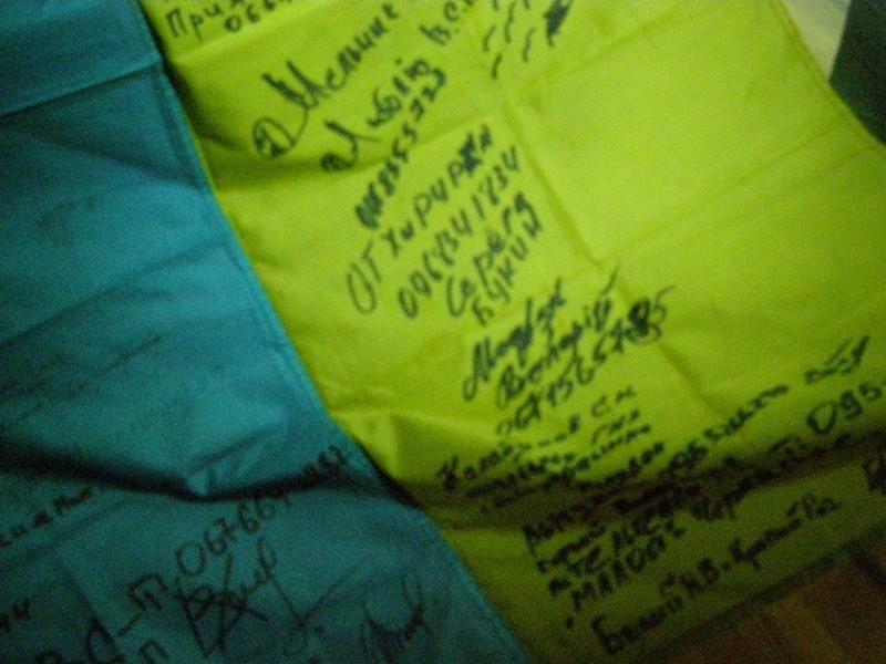 Прапор України з підписами бійців АТО розчулив людей по всьому світі