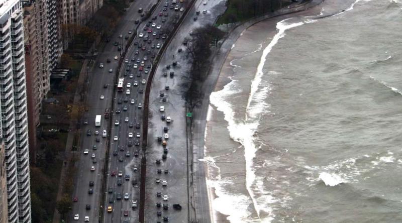 Хвилі з озера Мічиган зупинили рух на Lake Shore Drive. Відео
