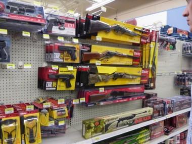 Walmart вирішив прибрати з полиць супермаркетів зброю через заворушення в США