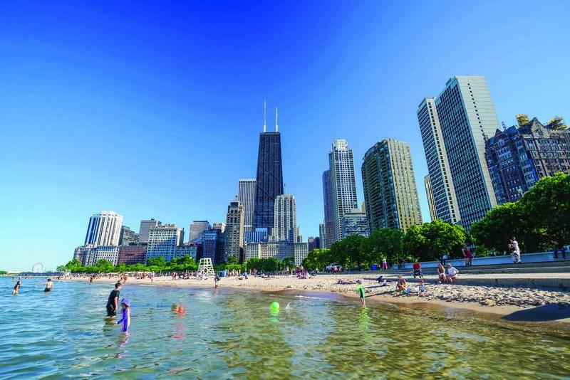 Жителі Чикаго відвідують озеро незважаючи на заборону