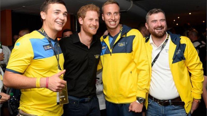 Фотографії принца Гаррі з українцями викликали фурор у мережі
