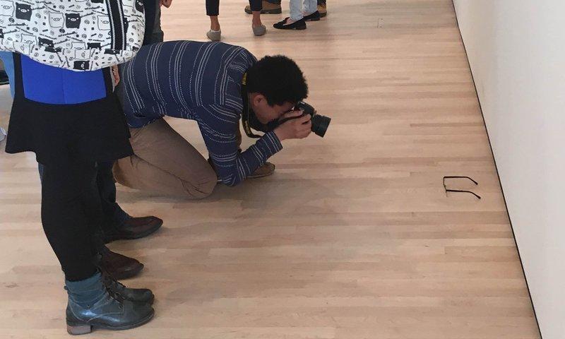 У США залишені на підлозі музею окуляри прийняли за витвір мистецтва