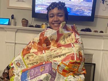 У Детройті активістка шиє спальні мішки для безхатьків з пакетів від чіпсів