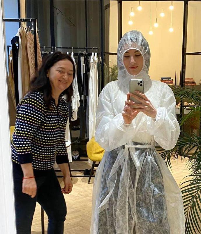 Українська дизайнерка безкоштовно шиє захисні костюми для медпрацівників