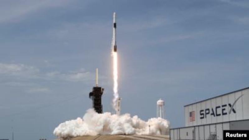 Американські астронавти повертаються на Землю у капсулі SpaceX Crew Dragon