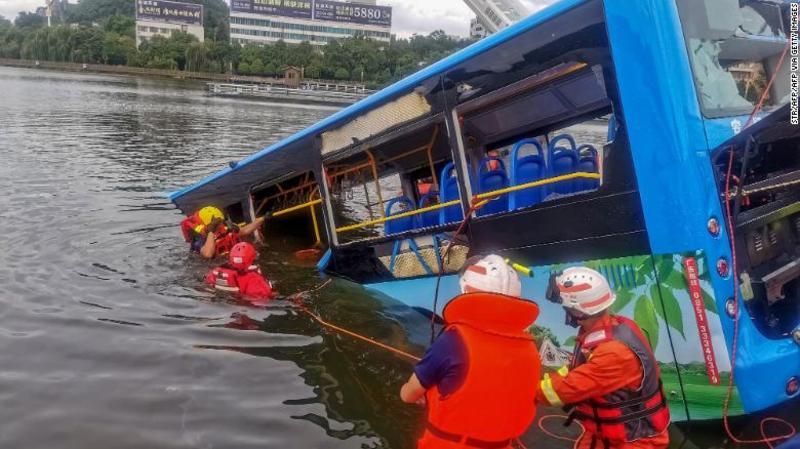 У Китаї водій навмисно втопив автобус із пасажирами