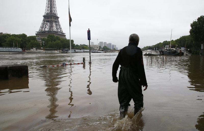 Париж затопило (фото)