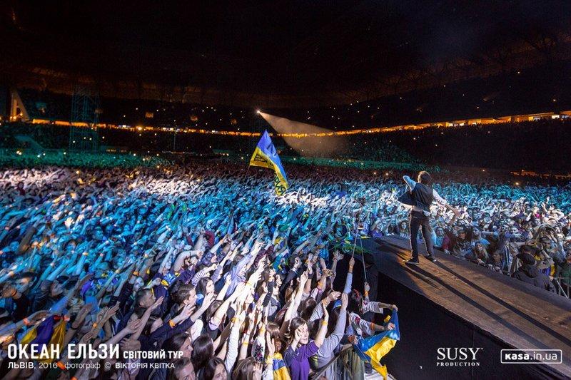 Вакарчук на концерті у Львові заспівав кримськотатарською (відео)