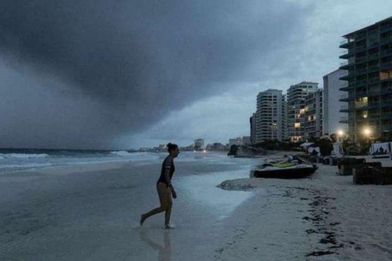 До берегів США наближається потужний ураган Зета