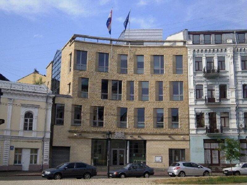 Українське посольство розкритикували за російську мову