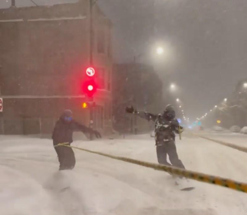 Українець прокатався на сноуборді вулицями засніженого Чикаго. Відео