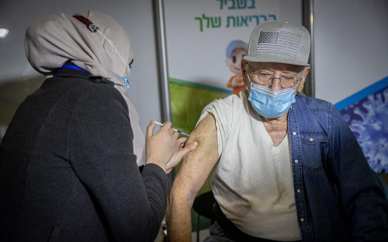 Ізраїль першим у світі починає вакцинацію від COVID-19 третьою дозою