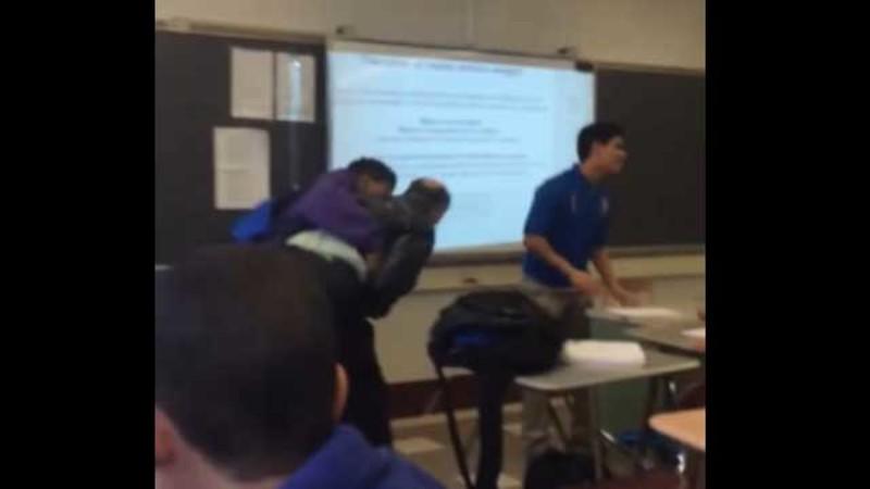 Студент напав на вчителя після того, як він забрав його стільниковий телефон