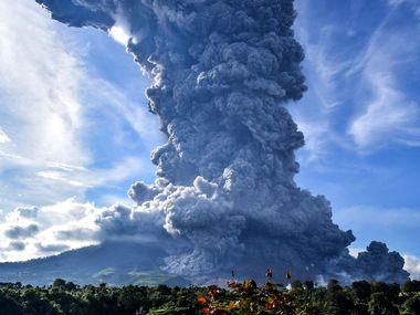 Вулкан в Індонезії вивергається увосьме за тиждень. Фото